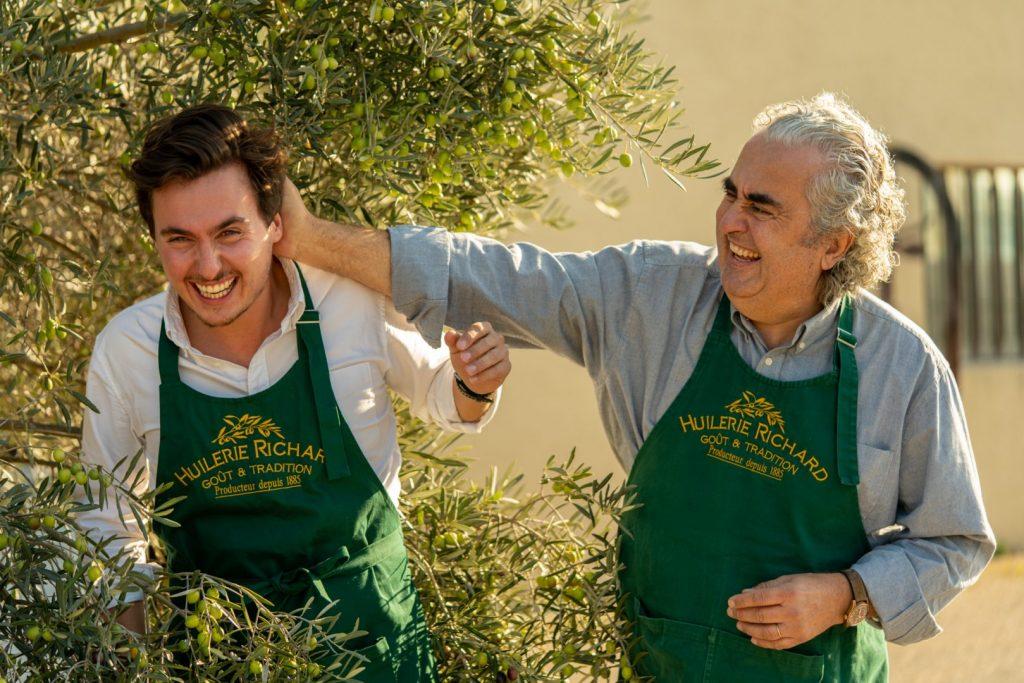 Louis et Patrick Richard rire sous olivier